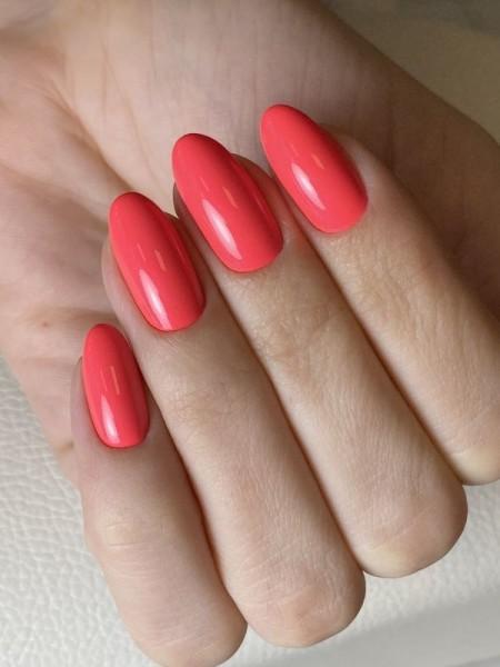 Dłoń z paznokciami -w-odcieniu-czerwieni-2