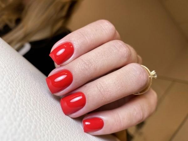 Dłoń z paznokciami w odcieniu czerwieni 4