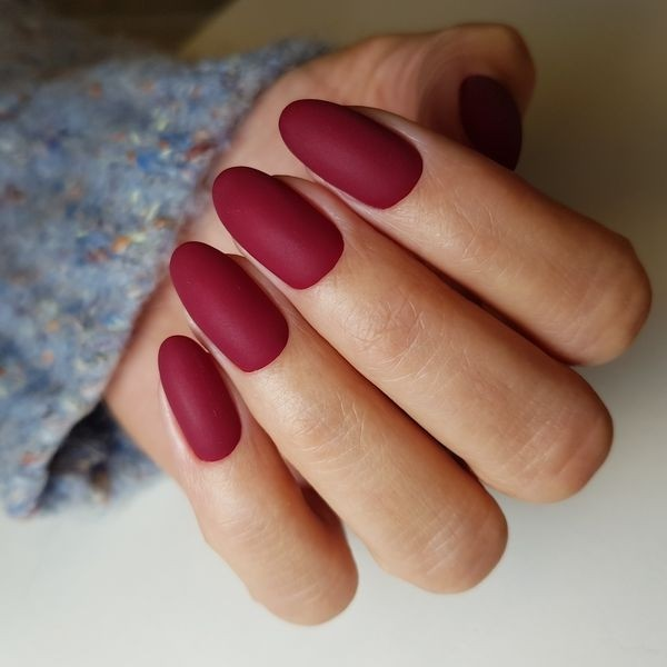 Dłoń z paznokciami w odcieniu czerwieni 5