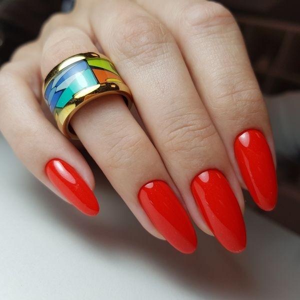 Dłoń z paznokciami w odcieniu czerwieni 6