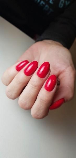 Dłoń z paznokciami w odcieniu czerwieni 7
