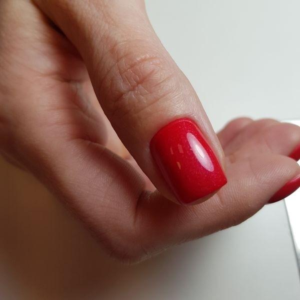 Dłoń z paznokciami w odcieniu czerwieni 8