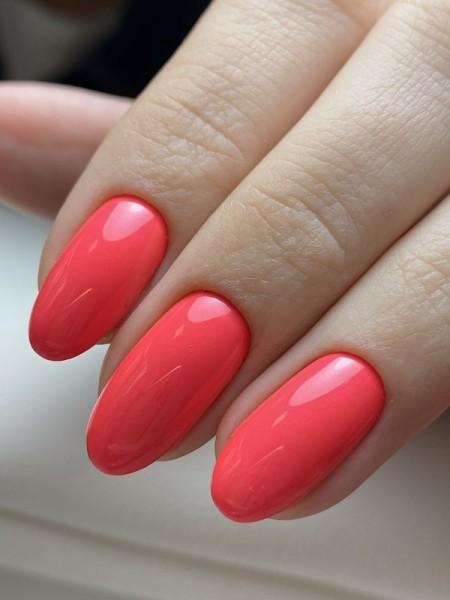 Dłoń z paznokciami -w-odcieniu-czerwieni
