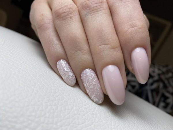 Dłoń z paznokciami w dwóch wzorach 11