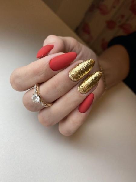 Dłoń z paznokciami w dwóch wzorach 2