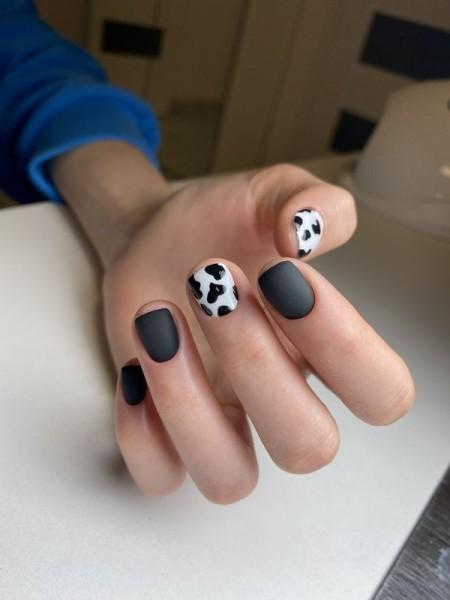 Dłoń z paznokciami w dwóch wzorach 4