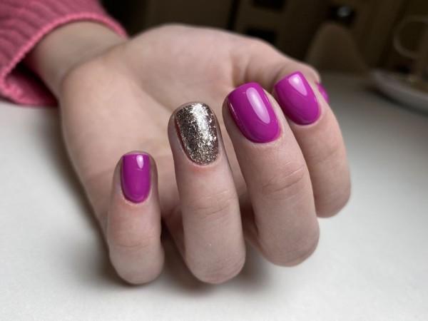 Dłoń z paznokciami w dwóch wzorach 5
