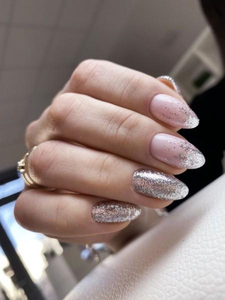 Dłoń z paznokciami w dwóch wzorach 6