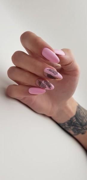 Dłoń z paznokciami w dwóch wzorach 7