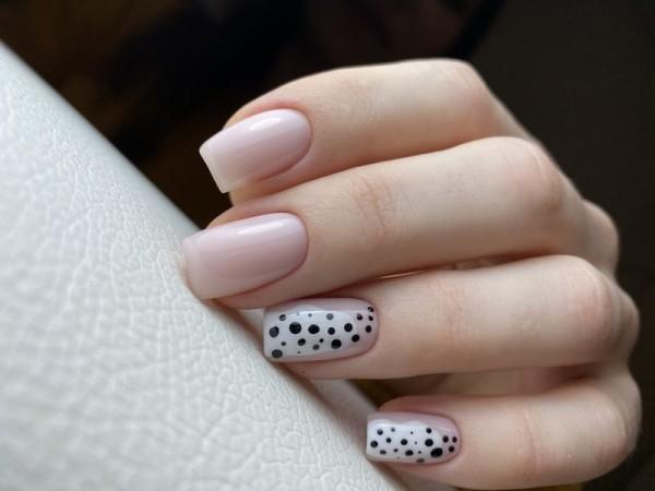 Dłoń z paznokciami w dwóch wzorach