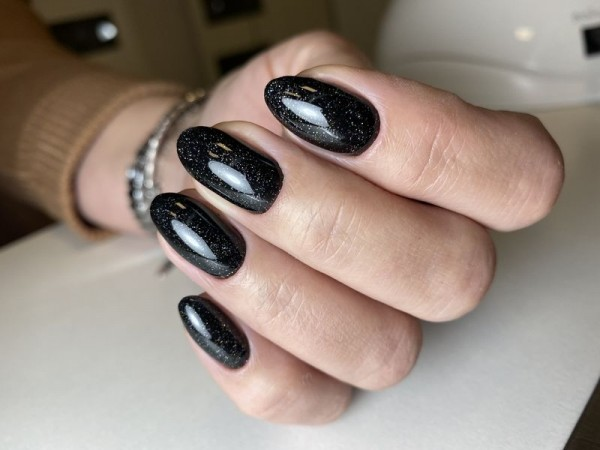 Dłoń z paznokciami w odcieniu czerni 2