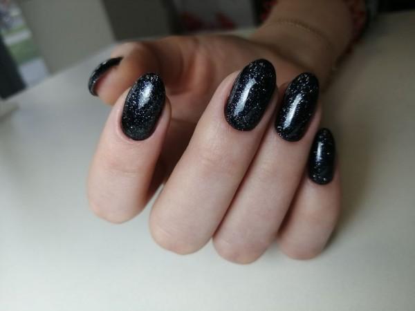 Dłoń z paznokciami w odcieniu czerni