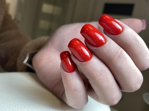 Dłoń z paznokciami w odcieniu czerwieni 3