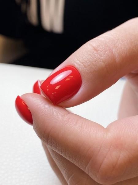 Dłoń z paznokciami w odcieniu czerwieni 9