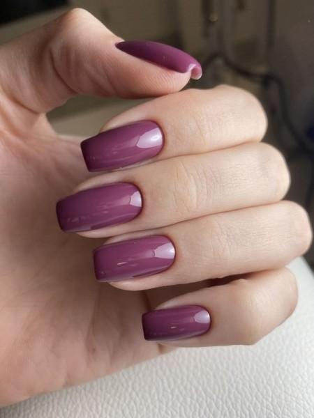Dłoń z paznokciami -w-odcieniu-fioletu