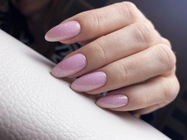 Dłoń z paznokciami w odcieniu różu 4