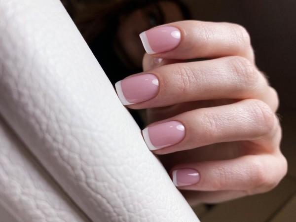Dłoń z paznokciami w odcieniu różu 5