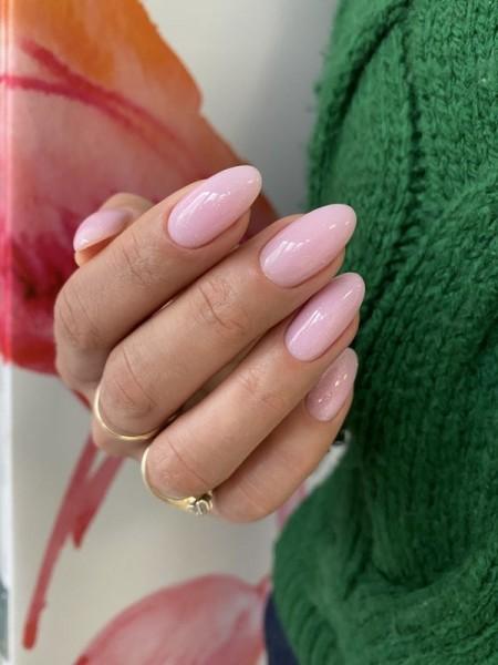 Dłoń z paznokciami w odcieniu różu