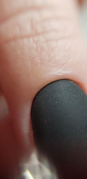 Dłoń z paznokciem w odcieniu czerni 3