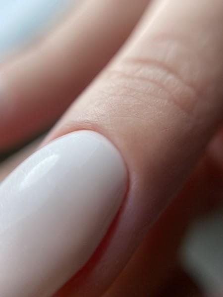 Palec z paznokciem w odcieniu bieli 2