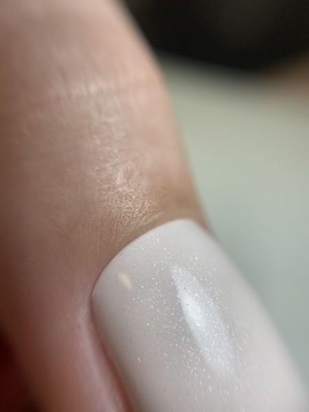 Palec z paznokciem w odcieniu bieli 3