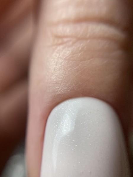 Palec z paznokciem w odcieniu bieli