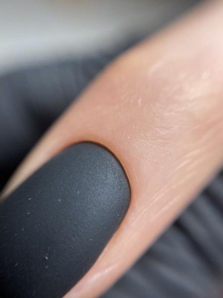 Palec z paznokciem w odcieniu czerni 4