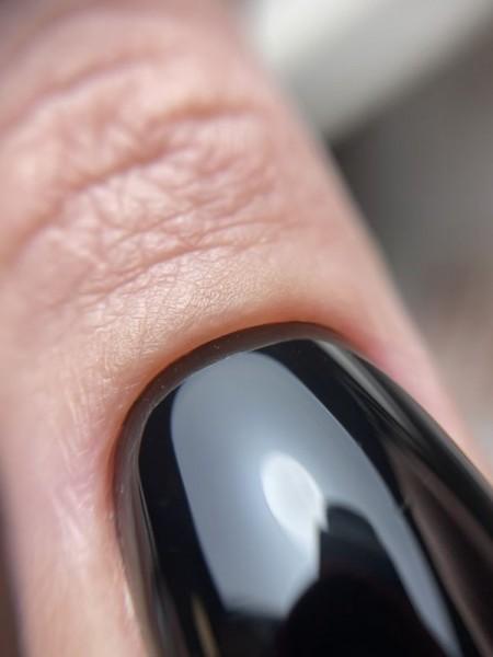 Palec z paznokciem w odcieniu czerni