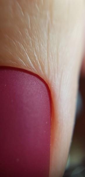 Palec z paznokciem w odcieniu różu 2