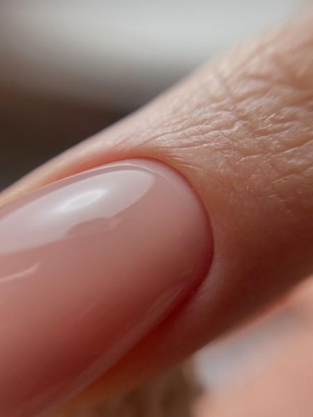 Palec z paznokciem w odcieniu różu 6