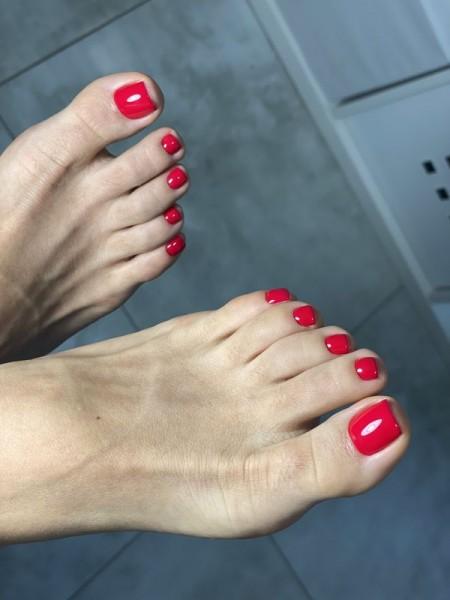 Stopy z paznokciami w odcieniu czerwieni 2